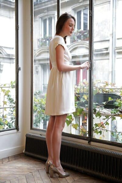 La robe de mariée style bohème vue en pied de la créatrice parisienne L'Amusée fait partie des collections permanentes de Croquelune