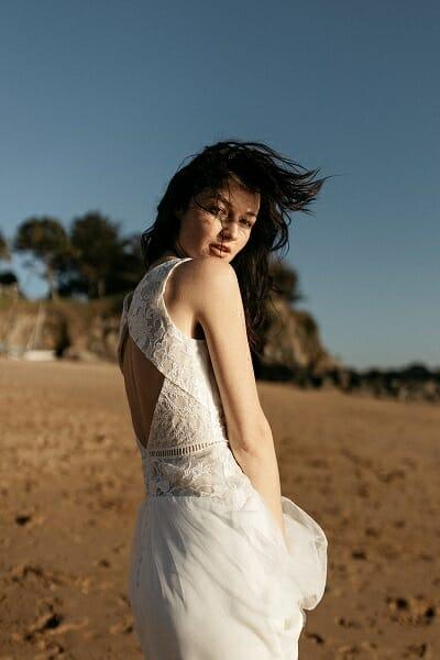 La robe de mariée Artemis, en gros plan, style bohème fabriquée en France par Lambert Créations pour Croquelune
