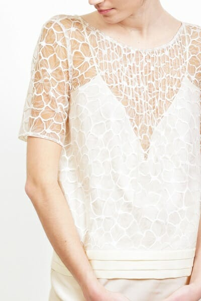 La robe de mariée ``La Sophistiquée`` devant gros plan de la créatrice parisienne L'Amusée fait partie des collections permanentes de Croquelune